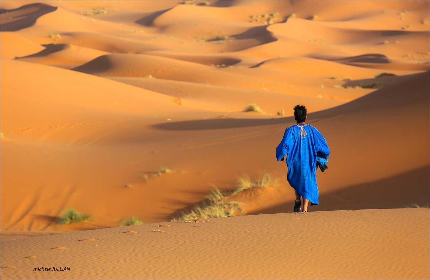 homme marchant dans le désert au maroc