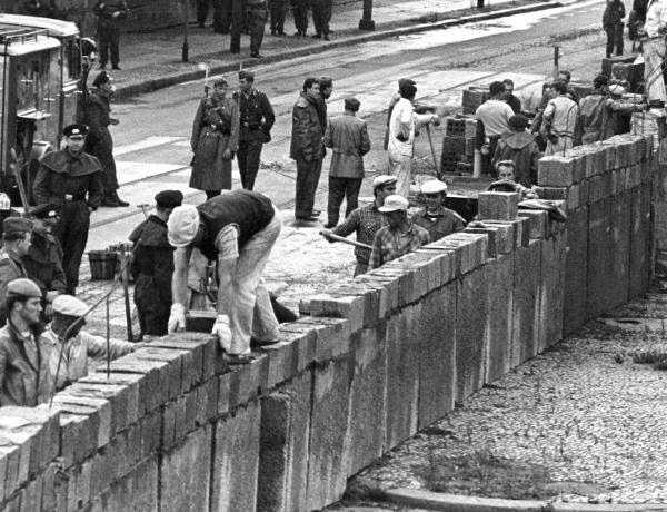 maçons en train d'édifier le mur de berlin en août 1961 #berlinwall