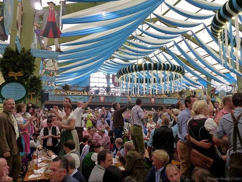 tente d'Oktoberfest à Munich avec une décoration bavaroise typique