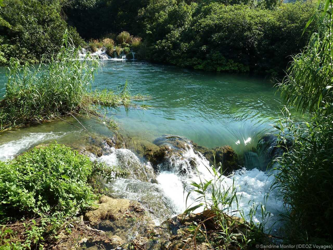 petites cascades sur la rivière krka près de skradinski buk