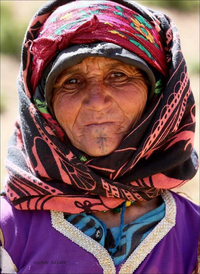tatouage d'une femme nomade au maroc