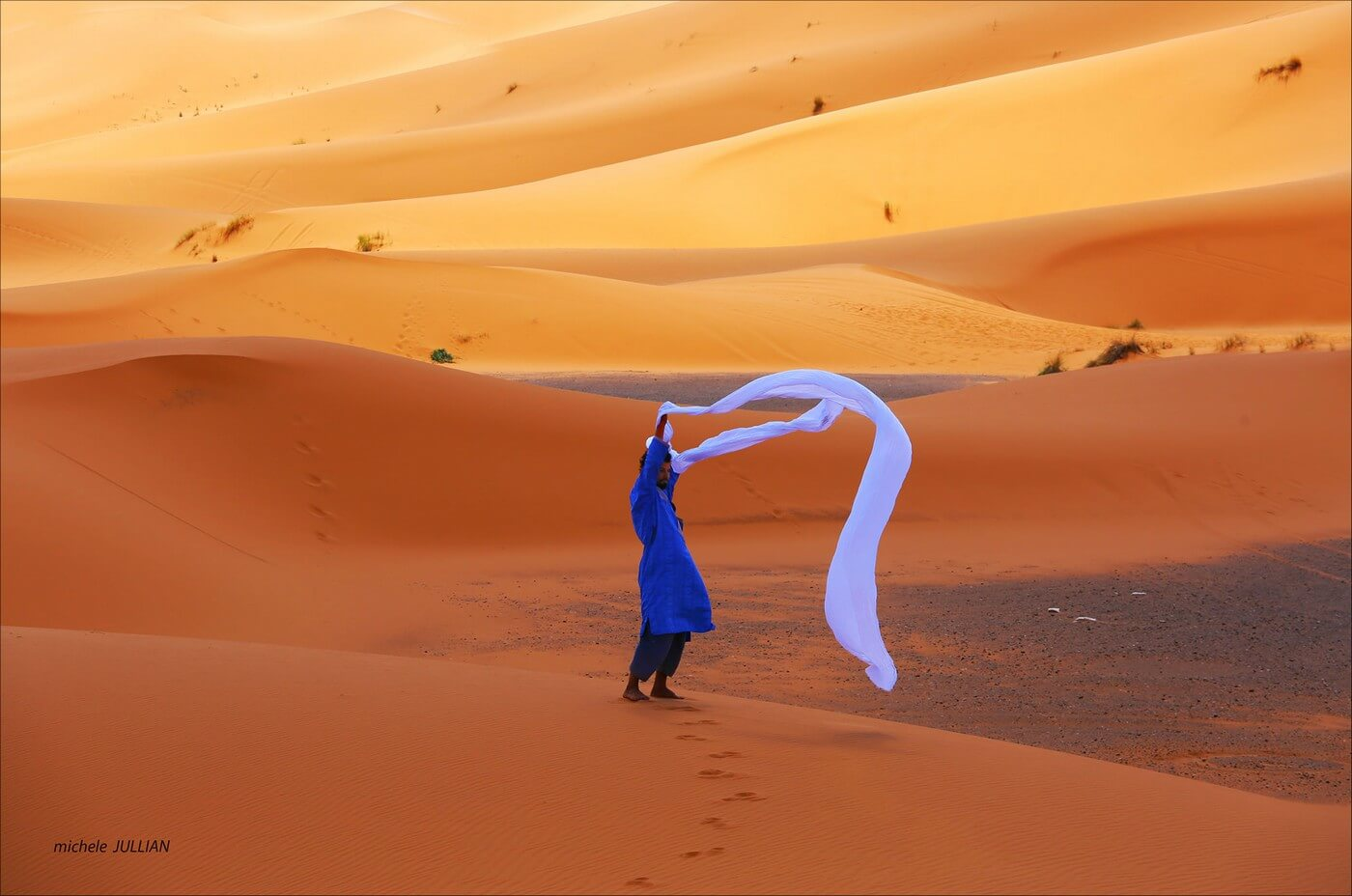 un berbère avec son foulard dans le désert marocain
