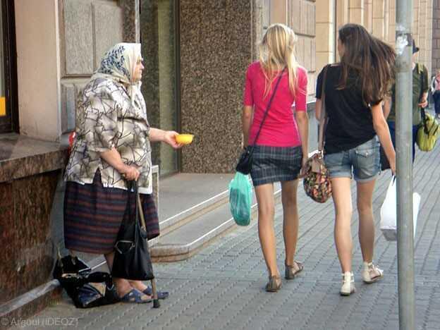 vieille femme en train de mendier dans une rue de riga