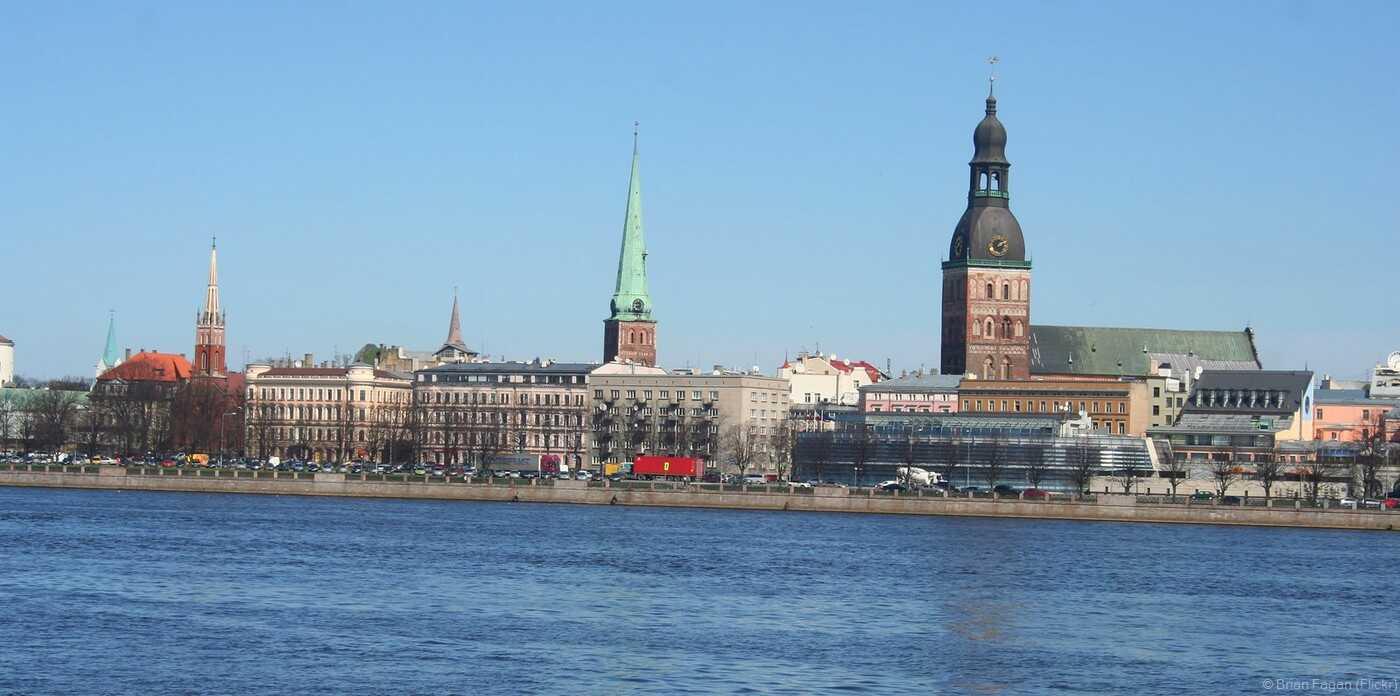vue sur la vieille ville de riga depuis la mer baltique