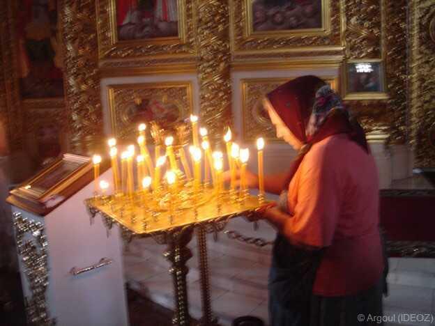 Prière et cierges à l'église saint André de Kiev