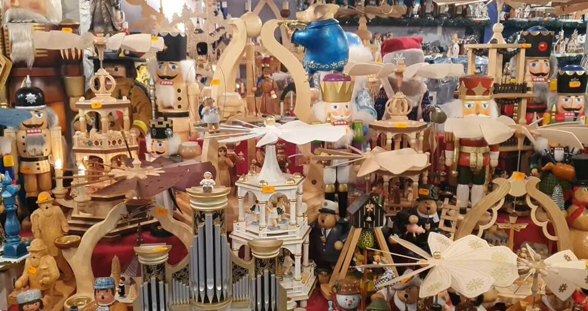 casse noisette et objets décoratifs de noel en bois sur le marché de noel de nuremberg