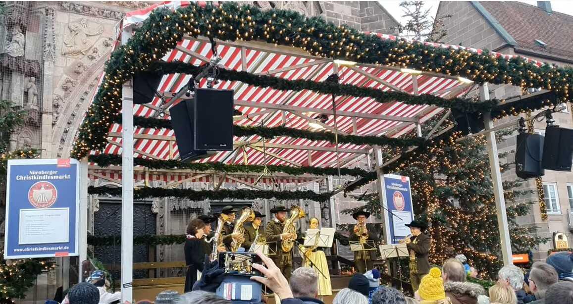 concert de musique sur le marché de noel de nuremberg