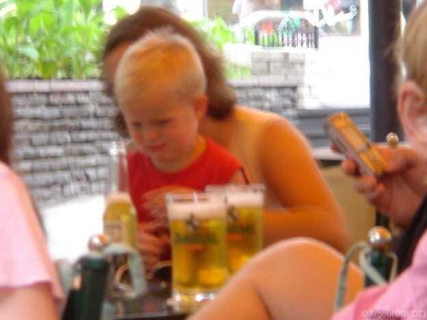 enfant en train de bouder dans un café à kiev