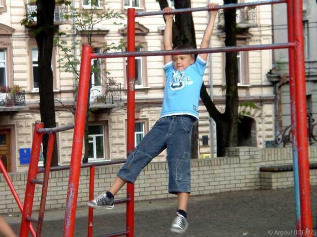 enfant s'amusant dans une aire de jeux à kiev
