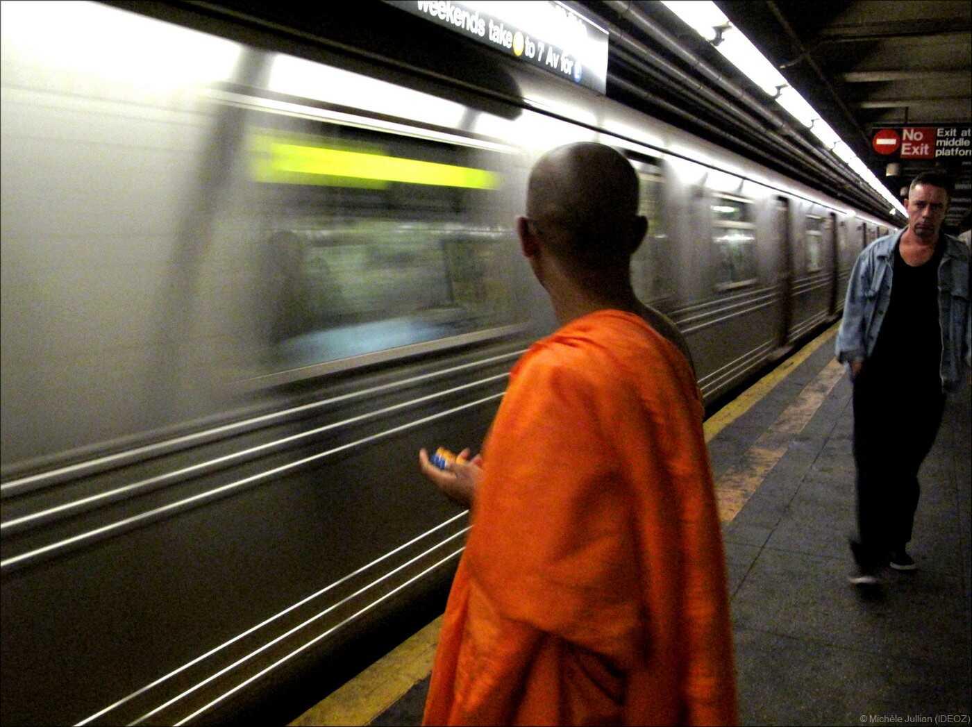 moine bouddhiste dans le métro new yorkais