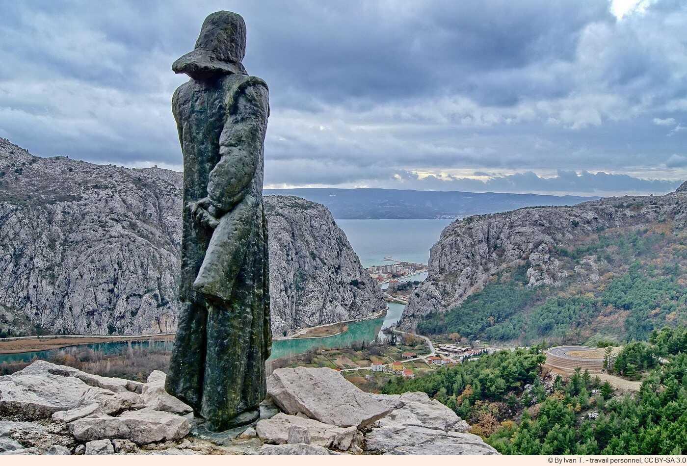 statue de de Mila Gojsalić sculptée par Meštrović à Omis surplombant la Cetina