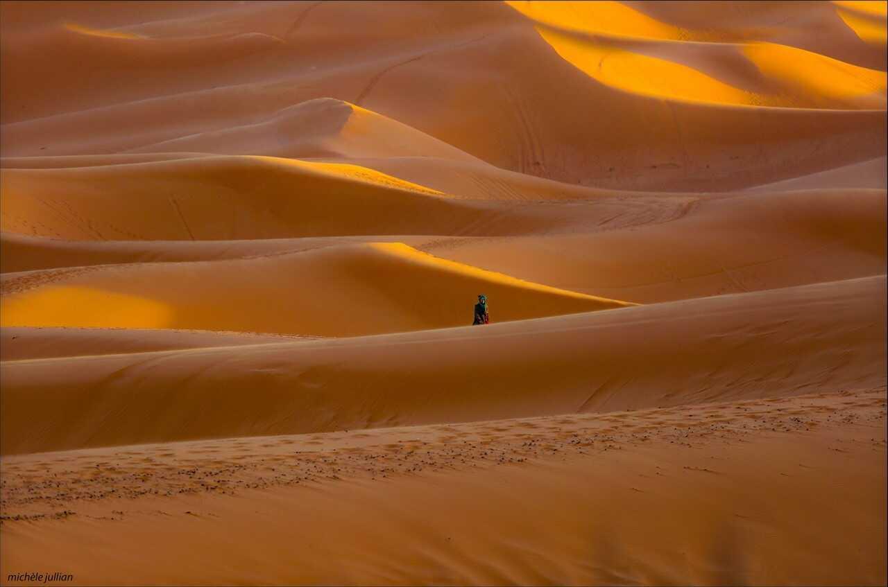 mergouza désert au maroc voyageur dans les dunes