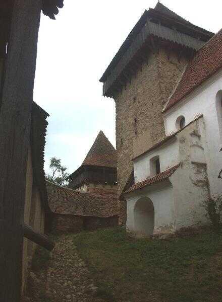 enceinte et tour du village saxon de Viscri en Transylvanie
