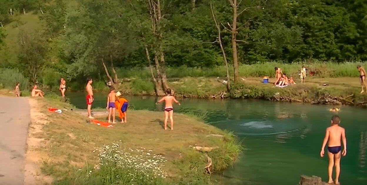 baignade dans la rivière korana près de plitvice