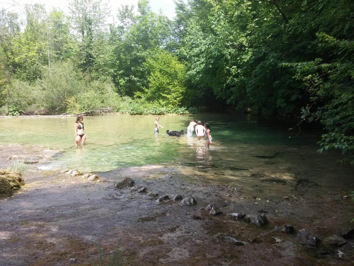 se baigner près des lacs de plitvice dans la rivière korana