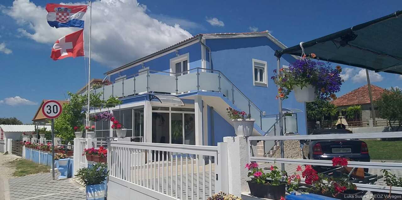 maison bleue de la famille susa à vrana