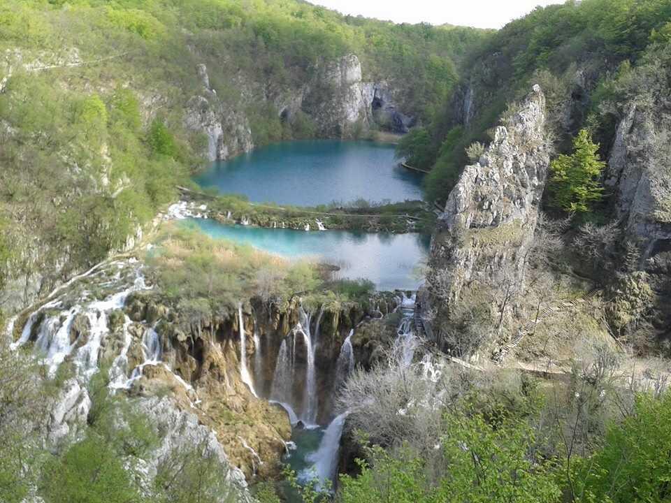 panorama sur les chutes des lacs inférieurs à plitvice