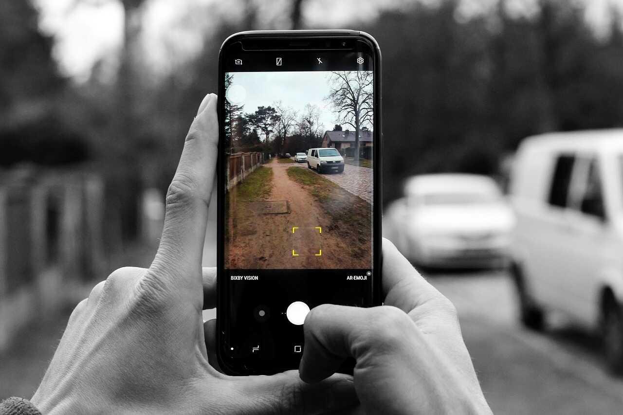 prendre une photo avec son smartphone avant de prendre une voiture de location