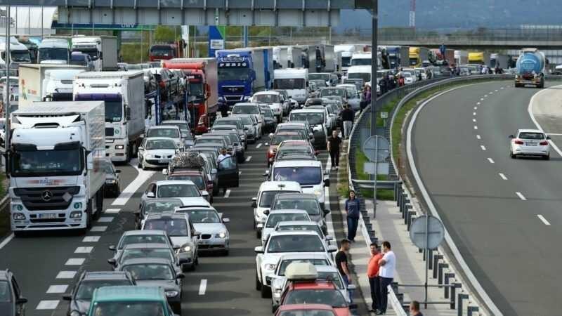 embouteillage à la frontière entre slovénie et croatie en été