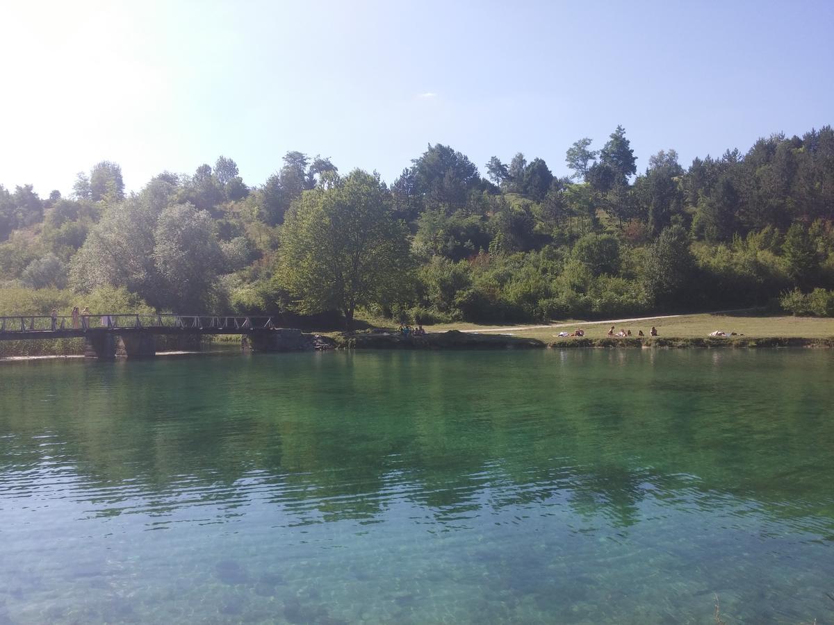 zone accessible à la baignade dans les environs du par de plitvice sur la rivière korana