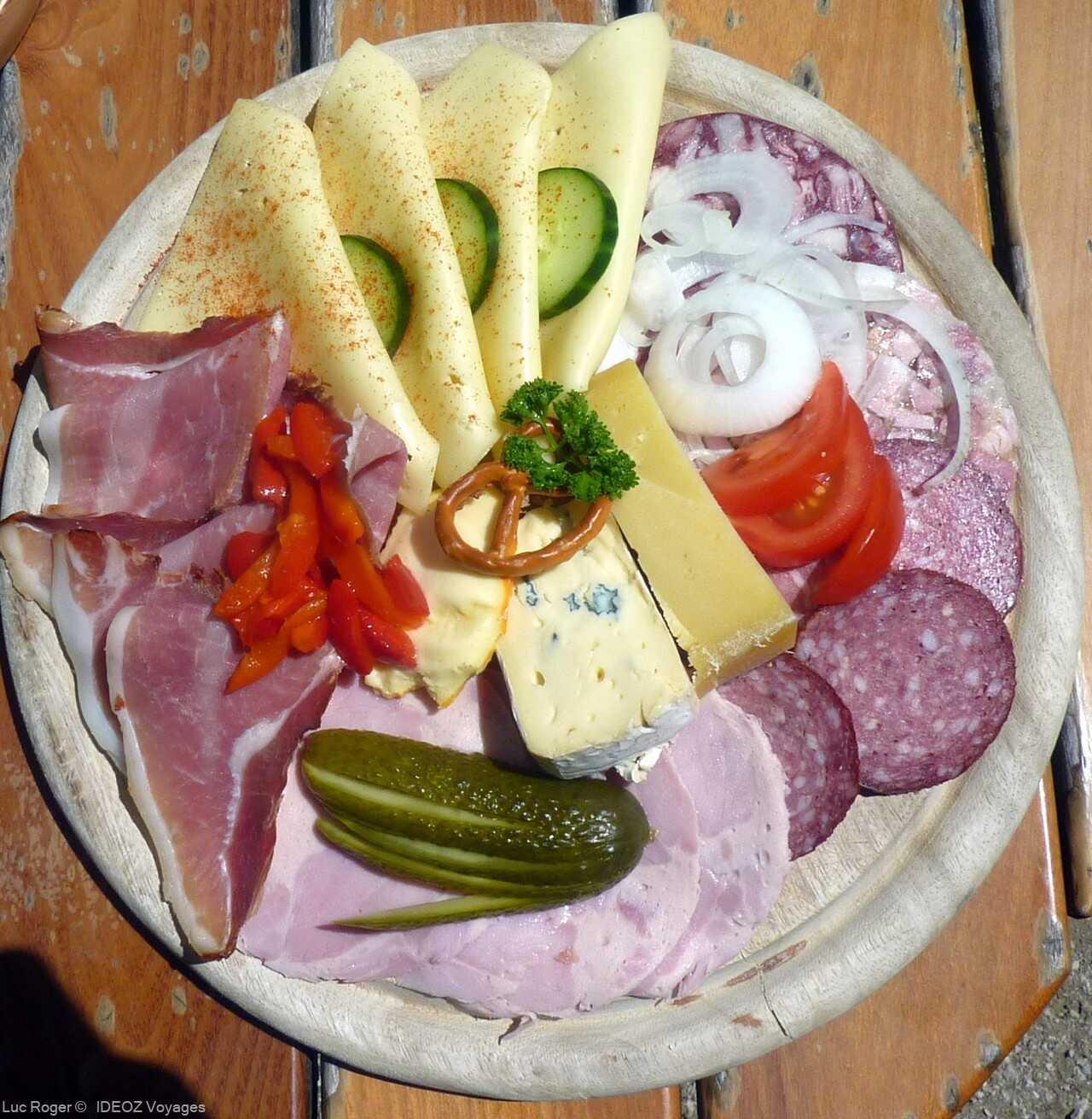 assiette de charcuteries bavaroises comme on la sert dans les alpes