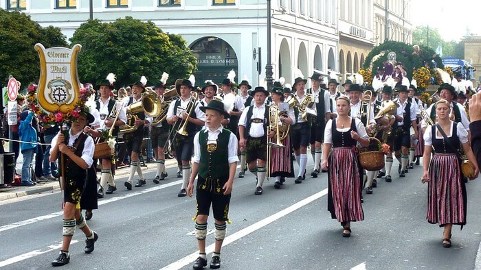 défilé d'oktoberfest dans les rues de munich