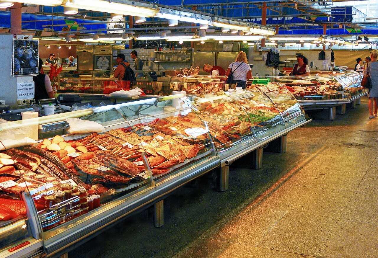 marché aux poissons stands sur le centralrigus marché central de riga