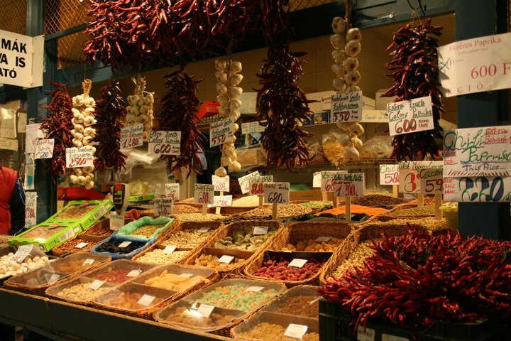 paprika et poivrons séchés hongrois sur un stand d'un des marchés de budapest