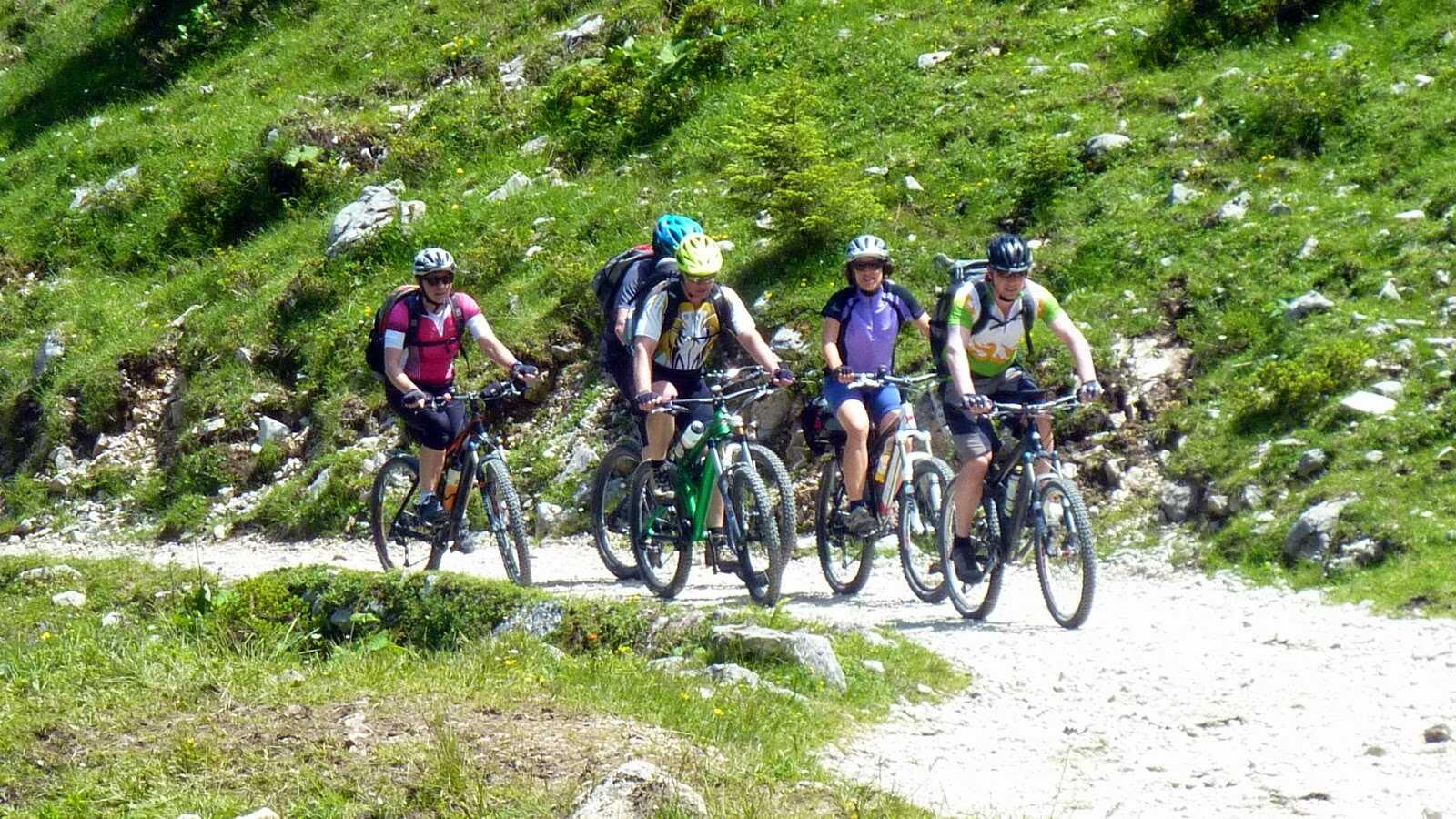 randonnée  à vélo sur les sentiers jusqu'à schaschenhaus