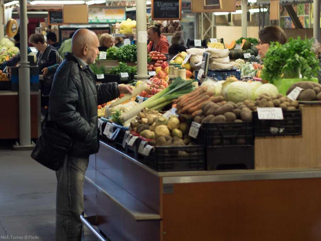 vendeurs de fruits et légumes au marché couvert de riga