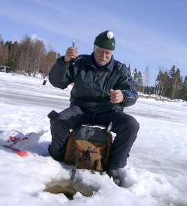 finlandais pratiquant la pêche sur glace