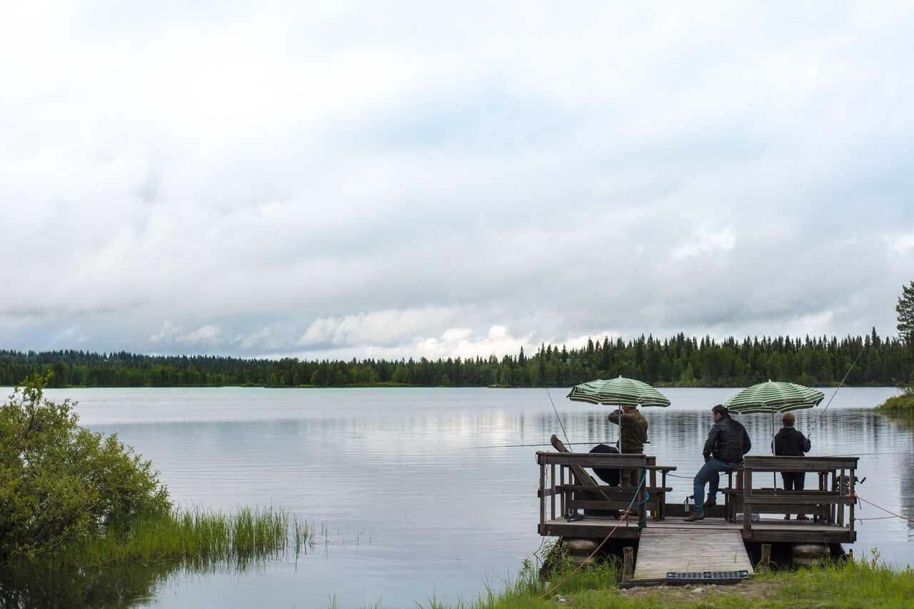 partie de pêche au bord d'un des lacs en finlande