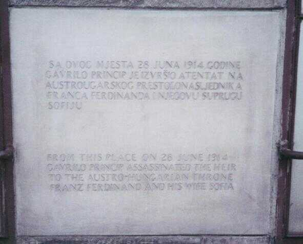 plaque commémorative à sarajevo signalant l'attentat de gravrilo princip qui a tué françois ferdinand de habrbourg et de sa femme