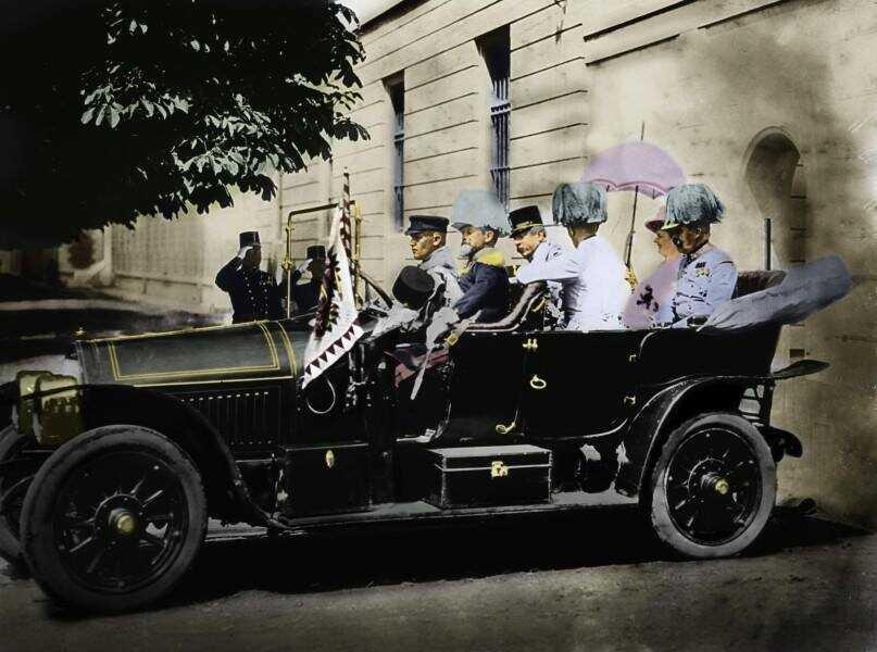 voiture conduisant l'archiduc François ferdinand de habsbourg et la duchesse sophie de hohenberg dans sarajevo le 28 juin 1914