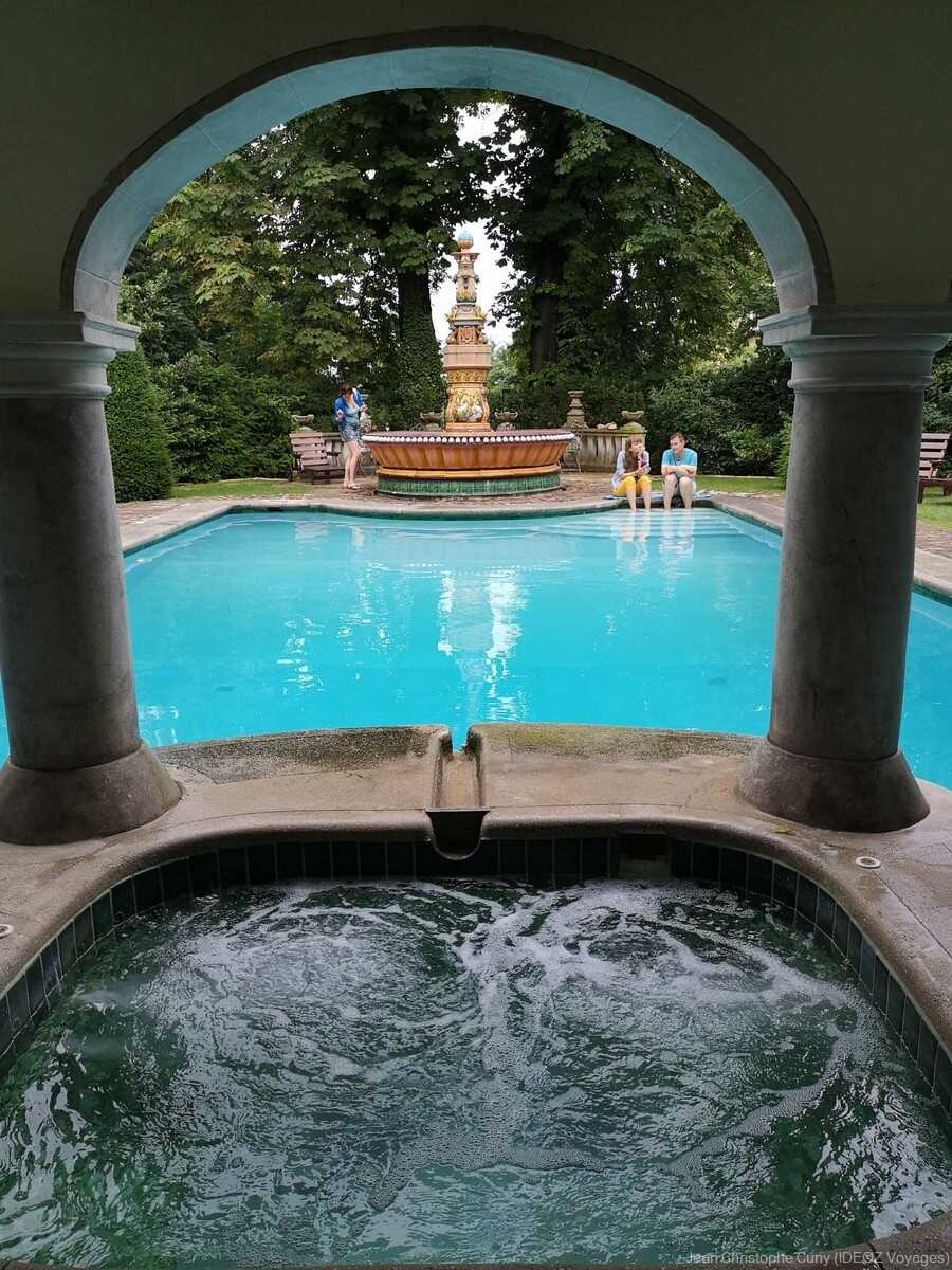 Fontaine Art nouveau et piscine de la villa de l'écrivain à Budapest
