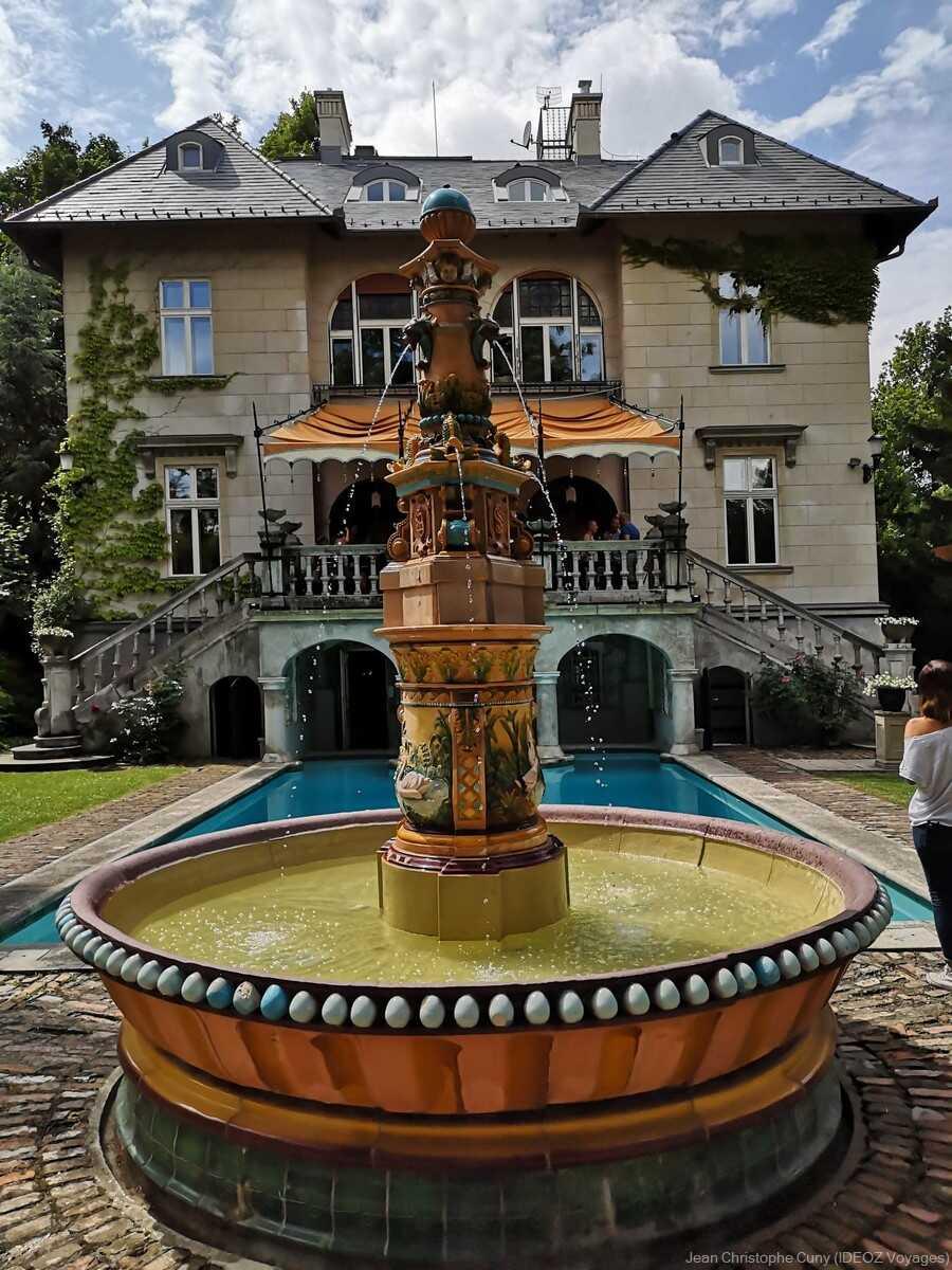 Fontaine Art nouveau et villa de l'écrivain à Budapest