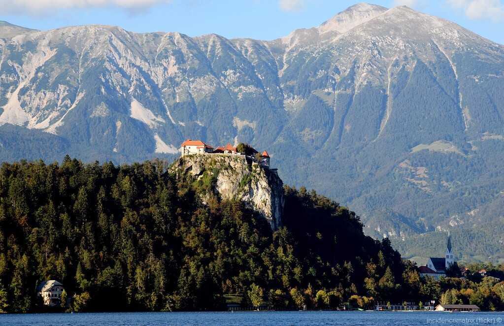château médiéval de bled surplombant le lac