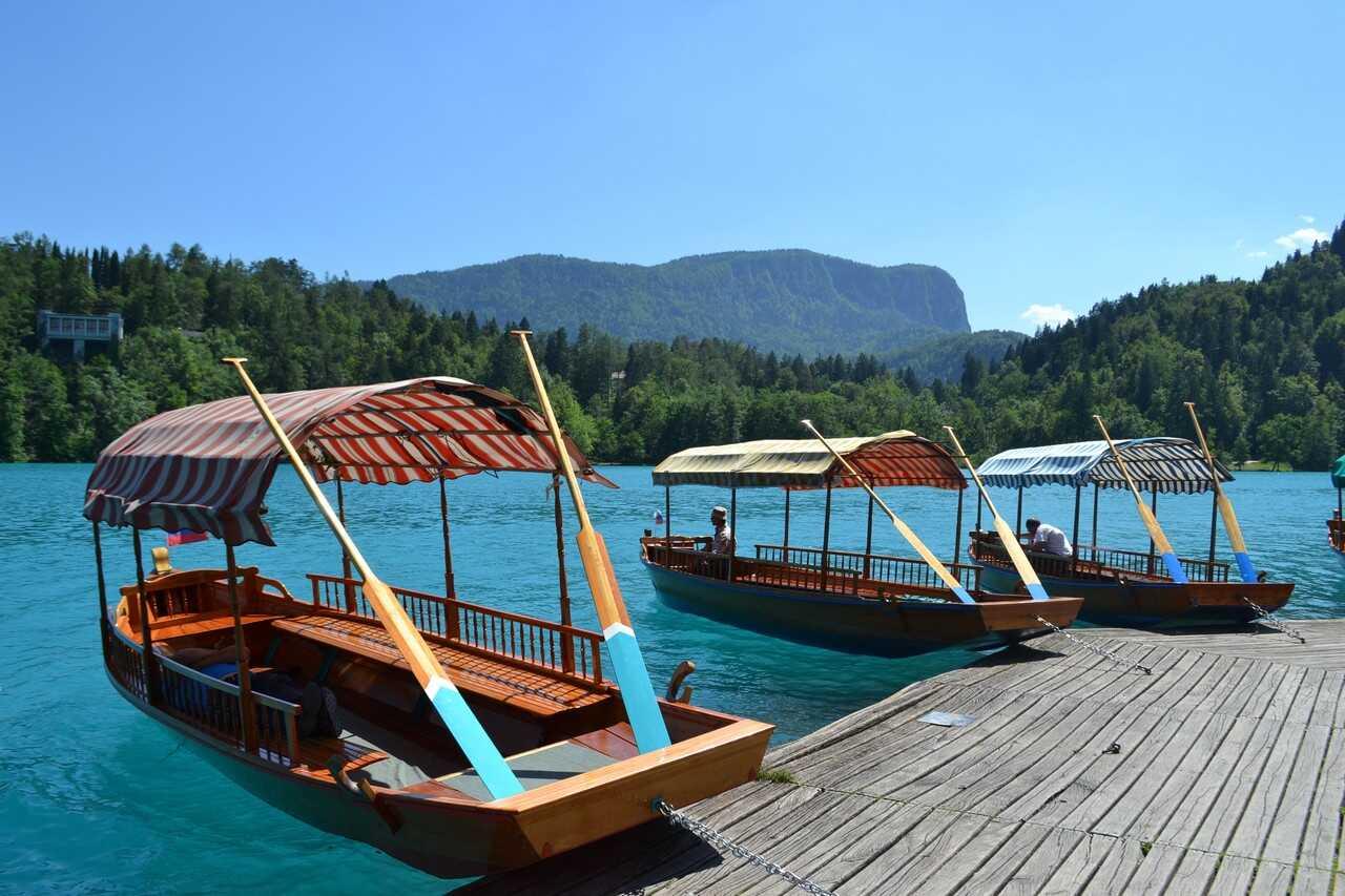 gondoles locales sur le lac de bled