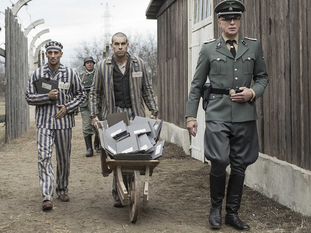 Boix transportant les dossiers des nouveaux enregistrés dans le camp de concentration de mauthausen, accompagné de valbuena, et de paul ricken