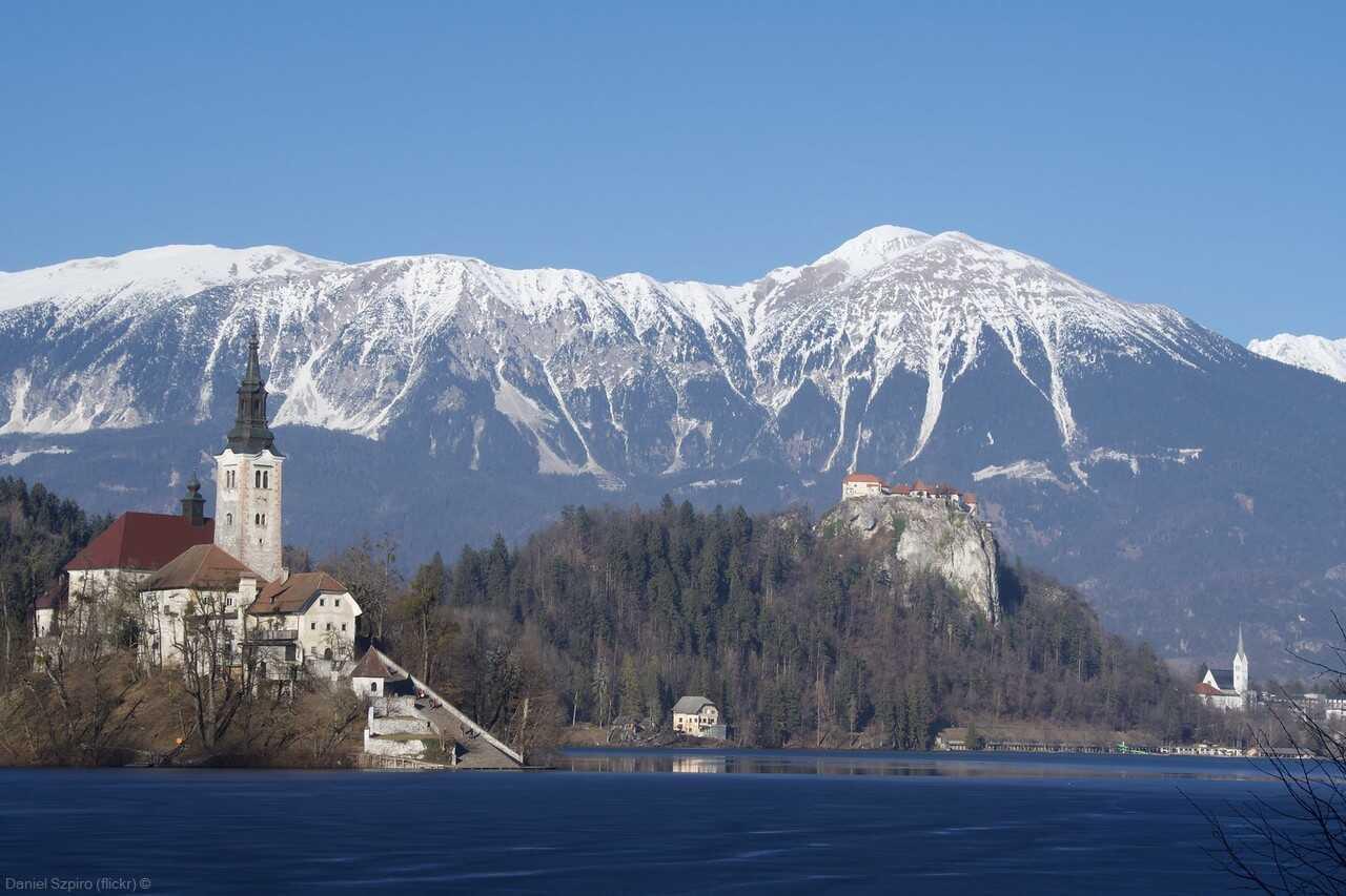 panorama sur l'îlot le château et le village de bled en carinthie