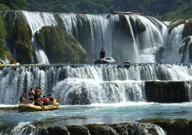 amateurs de rafting sur les chutes strbacki buk dans le parc national una