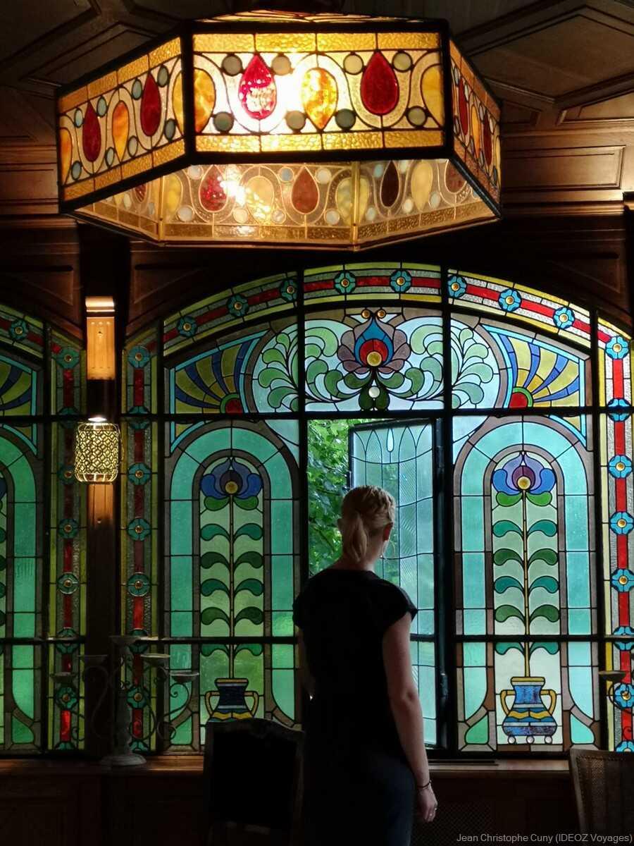 vitraux de style art nouveau dans la villa de l'écrivain à budapest