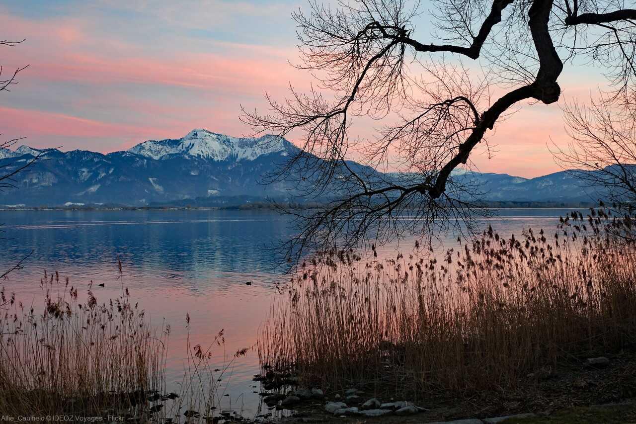 coucher de soleil sur le lac chiem en haute bavière avec le panorama sur les alpes bavaroises
