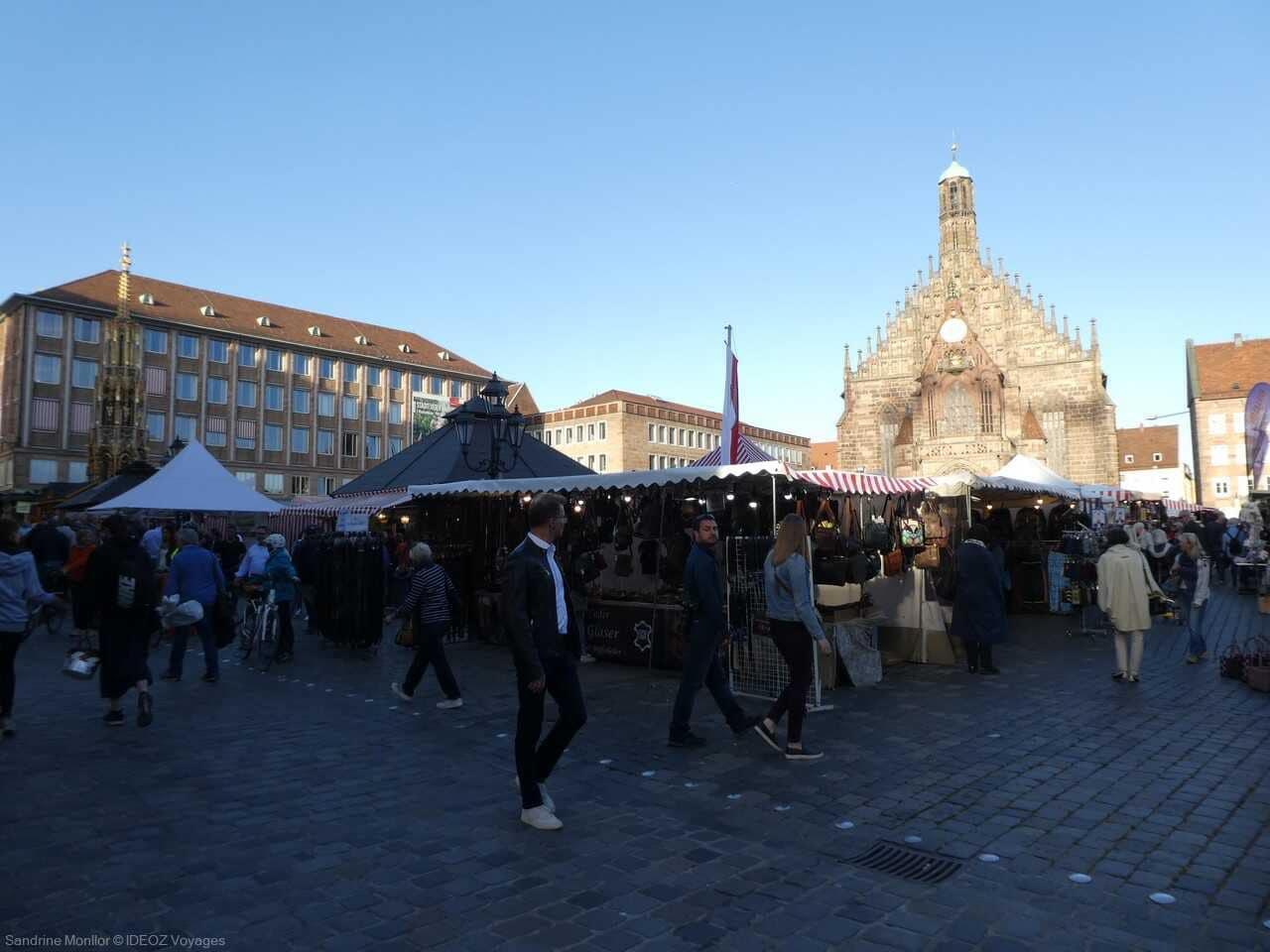 marché artisanal et place de la cathédrale à Nuremberg