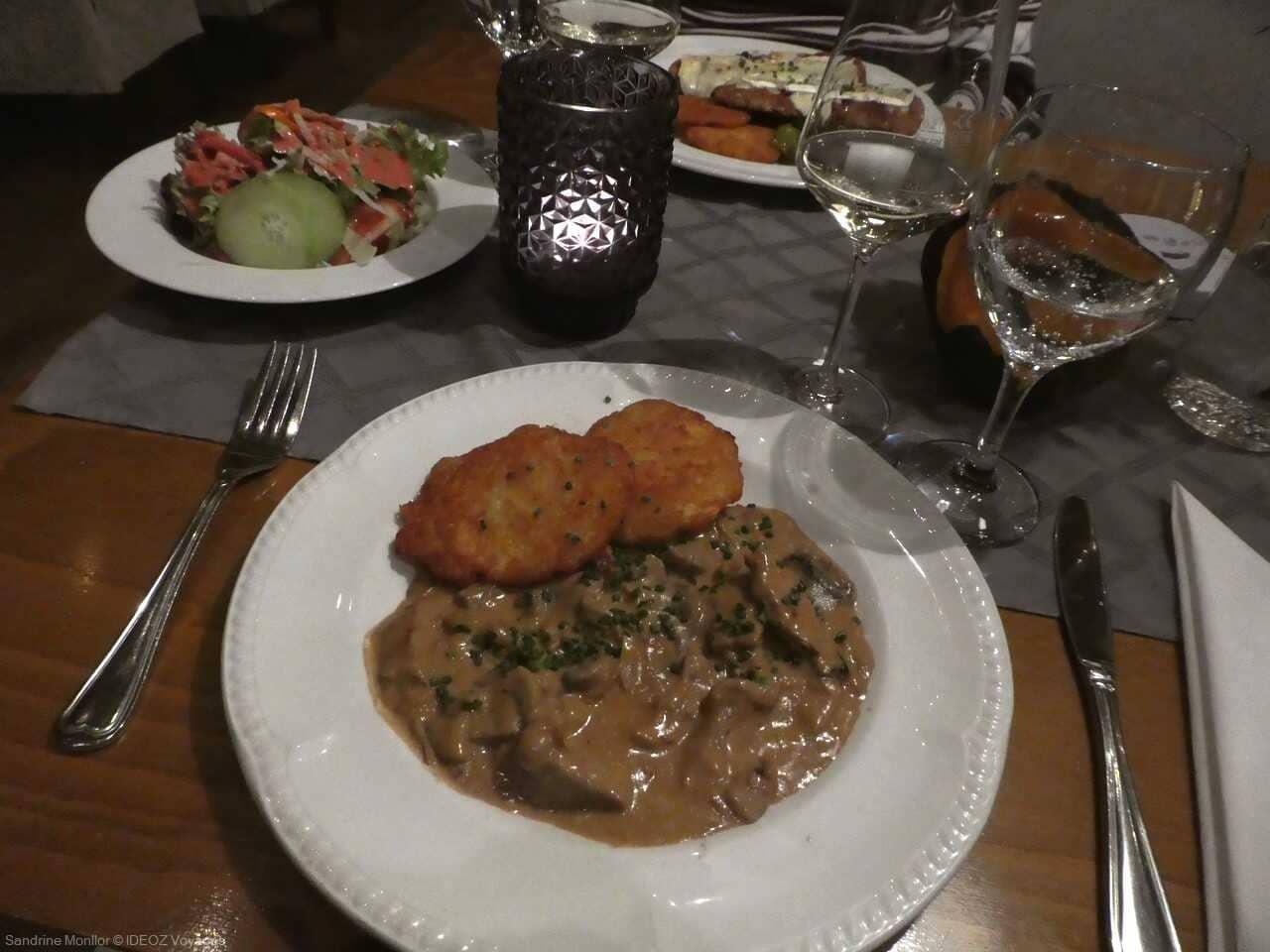 Zürcher Geschnetzeltes escalope à la zurichoise au restaurant de l'hotel Domizil residenz à Ingolstadt