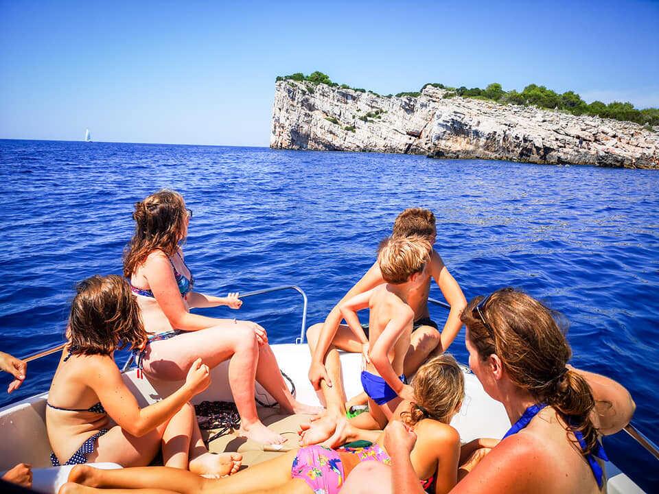 balade en famille à la découverte des îles autour de vrgada