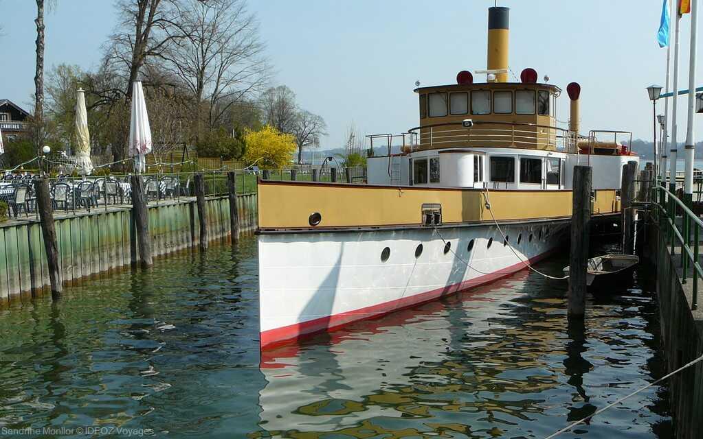 bateau touristique desservant le lac chiem