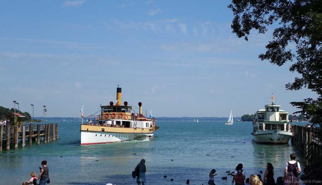 bateaux naviguant sur le lac chiem