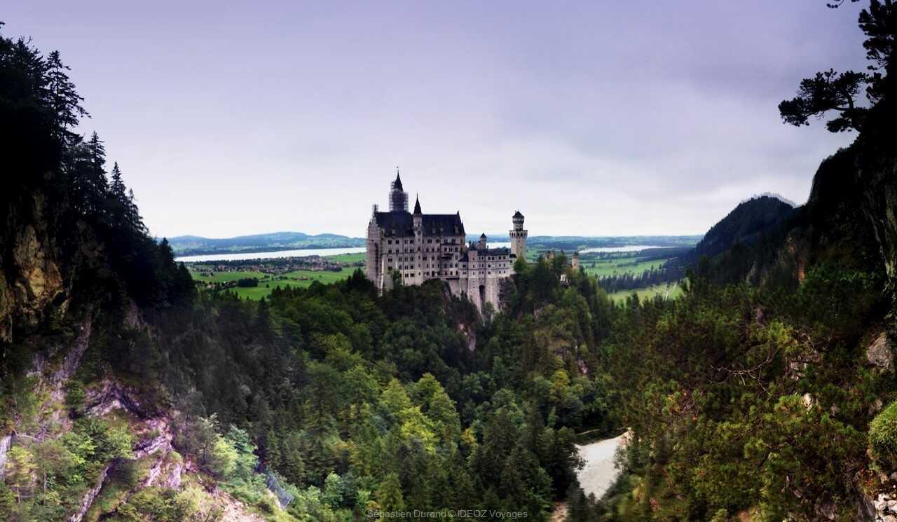 vue du chateau de neuschwanstein depuis les sentiers de randonnée