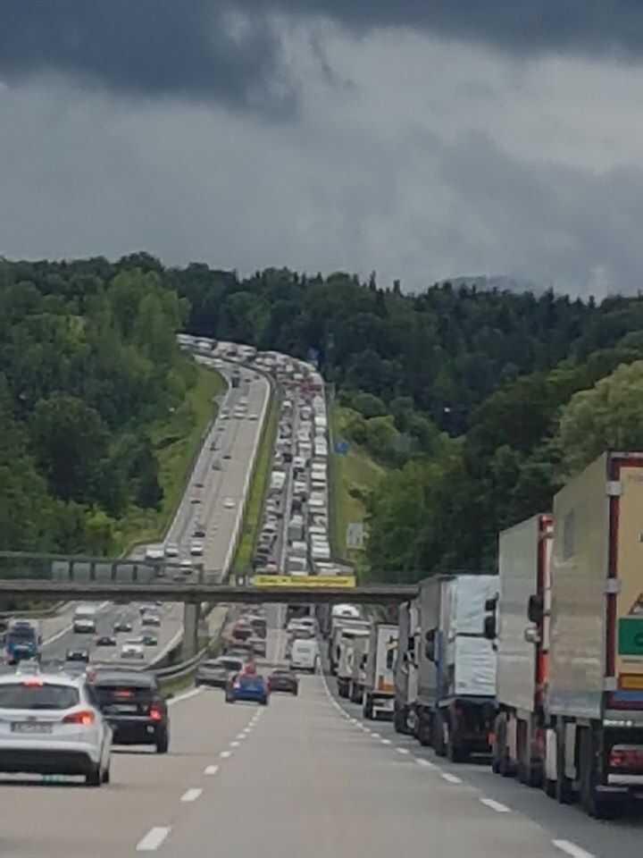 circulation sur l'autoroute en allemagne à l'entrée de munich
